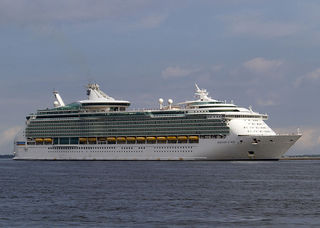 Mariner_of_the_Seas_at_hakata_port.jpg